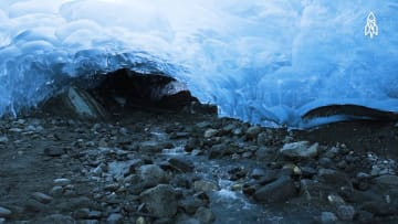 كأنك بحلم أزرق اللون..اكتشف كهوف الجليد المخفية بأنهر ألاسكا