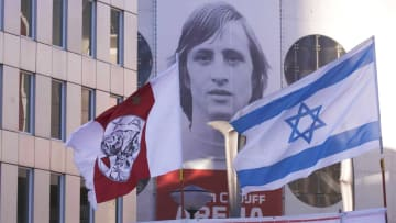 لماذا يغني مشجعو أياكس لليهود ويرفعون أعلام إسرائيل؟