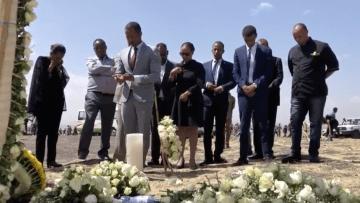 أقارب ضحايا الطائرة الإثيوبية المنكوبة يزورون موقع الحادث