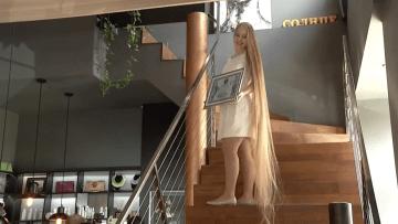 هذه الفتاة صاحبة أطول شعر بأوكرانيا بطول 2.35 متر