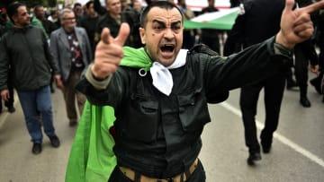 الجزائر على حافة التغيير.. والشارع يتمسك بمطالبه