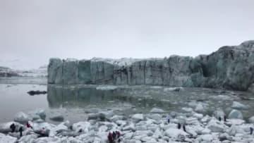 شاهد.. سياح يهربون لتجنب موجة تسبب بها انهيار جبل جليدي