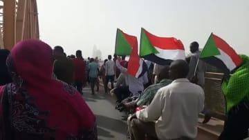 """شاهد.. سودانيون يحتفلون وسط تداول أنباء عن """"عزل البشير"""""""