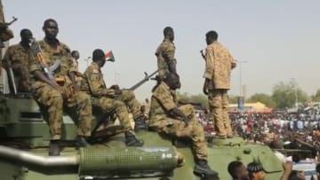 بطلقات نارية.. الجيش السوداني يحتفل مع المتظاهرين في الخرطوم
