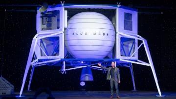 """جيف بيزوس يكشف عن خطته الكبيرة """"للبقاء"""" على القمر"""