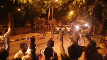 """اللحظات الأولى بعد أنباء عن قمع محتجين بـ""""البلدوزر"""" بالسودان"""