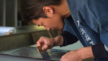 حرفي يستخدم تقنية عمرها قرون لصنع مطبوعات المحاربين باليابان