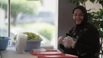 """امرأة """"طريفة"""" و160 وجبة مجبوس تجوب شوارع الكويت.. فما السبب؟"""