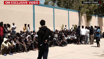 لاجئون أفارقة عالقون وسط حرب ليبيا: نحن أيضاً بشر