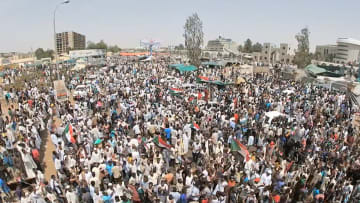 السودان.. النشوة بسقوط البشير تتلاشى والثورة مستمرة
