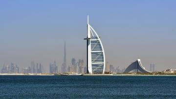 أشهر مهبط للطائرات في دبي على قمة برج العرب