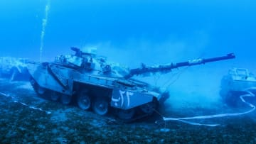 دبابات وطائرات غارقة بمتحف عسكري تحت الماء في الأردن