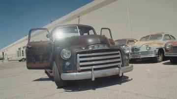 """سيارات كلاسيكية مليئة بالصدأ تحمل بطاريات """"تسلا"""""""