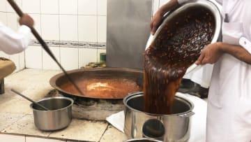 من حلويات العيد المفضلة.. كيف تُصنع الحلوى العمانية؟