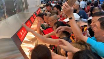 حشود هائلة وفوضى كبيرة بعد افتتاح أول متجر كوستكو بالصين