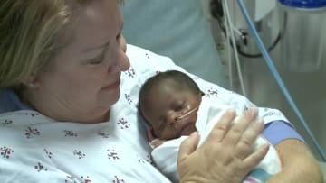 متطوعون لاحتضان الأطفال حديثي الولادة بإحدى مستشفيات أمريكا