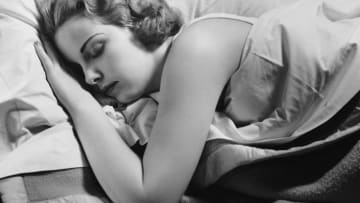 أبرز فوائد وعيوب وضعيات النوم المختلفة