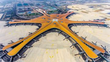 داخل مطار بكين الضخم في الصين من تصميم زها حديد
