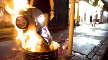 """لاستخدامها بعد الممات.. صينيون يحرقون نسخاً ورقية من """"آيفون"""""""