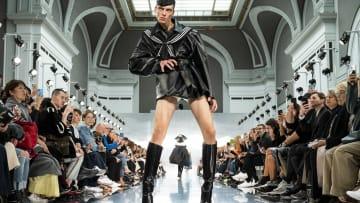 مشية غريبة لعارض أزياء تلفت الأنظار في أسبوع باريس للموضة