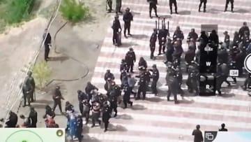 """فيديو """"درون"""" مسرّب يظهر مسلمين معصوبي الأعين ومكبلين بالصين"""