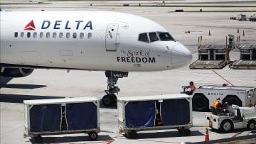 امرأة تصعد على متن طائرة أمريكية بدون تذكرة سفر أو بطاقة هوية