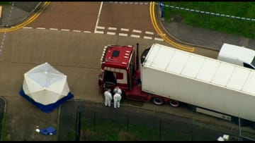 العثور على 39 جثة داخل شاحنة في إنجلترا