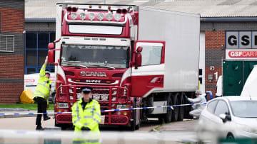 اكتشاف 39 جثة داخل شاحنة ببريطانيا.. كل ما قد يجب أن تعرفه