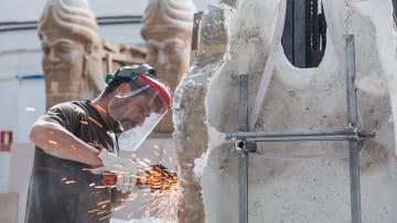 العراق يكشف عن تمثالين آشوريين لاستعادة التراث بالموصل