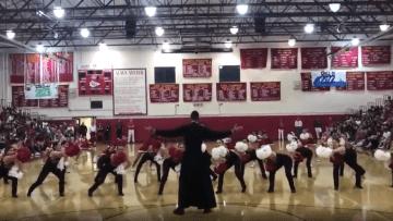 كاهن يفاجئ فتيات بمشاركتهن الرقص خلال احتفال بفلوريدا