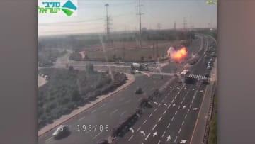 لحظة سقوط صاروخ من قطاع غزة في أحد الطرق بإسرائيل