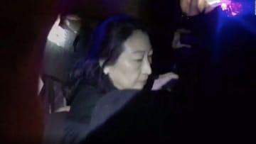 محتجون يهاجمون وزيرة عدل هونغ كونغ في لندن ويسقطونها أرضا