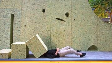 جدار يعكس الحواجز الحقيقية في لبنان.. ولكن ما سر فجواته؟