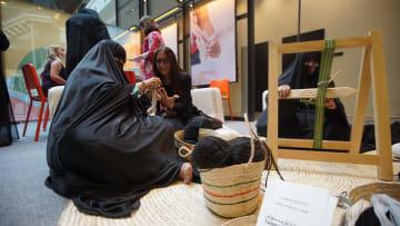 ما سر وجود الطربوش باللباس الإماراتي؟