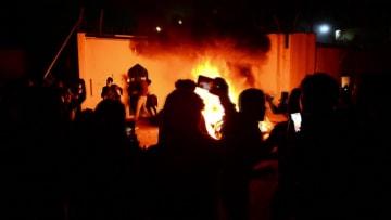 فيديو مهاجمة متظاهرين عراقيين لقنصلية إيران في النجف