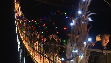 كيف بدا أطول جسر مشاة في أمريكا بعد تزيينه بالأضواء؟