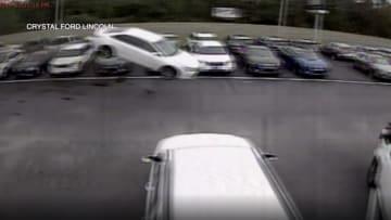 """سيارة تطير 139 قدما قبل أن تتحطم في """"معرض سيارات"""""""