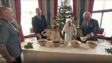 ملكة بريطانيا وأحفادها يتشاركون إعداد حلوى عيد الميلاد