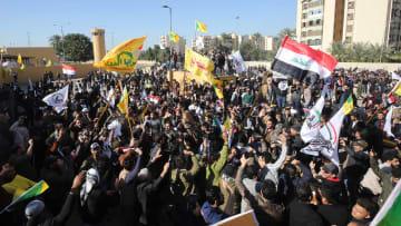 متظاهرون يحاولون اقتحام السفارة الأمريكية في العراق