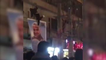متظاهرون يمزقون صور سليماني في طهران خلال الاحتجاجات