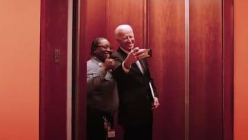تداول فيديو لجو بايدن يتلقط سيلفي مع مشغّلة مصعد