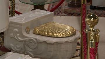 مراحيض فرانك سيناترا الذهبية للبيع في مزاد.. ما قصتها؟