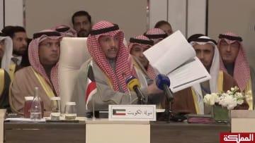 مرزوق الغانم يرمي وثائق صفقة القرن في سلة المهملات