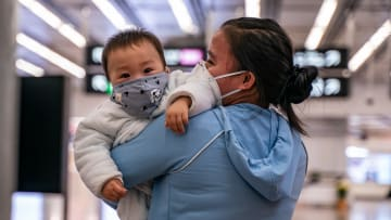 عمرهما 30 ساعة فقط..رضيعان أُصيبا بفيروس كورونا بالصين