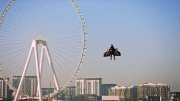 رجل يحلق ذاتياً في سماء دبي.. والسر في بذلته المستقبلية هذه