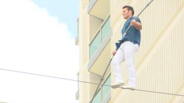 بارتفاع 14 طابقاً.. رجل يحاول عبور فندقين على حبل مشدود