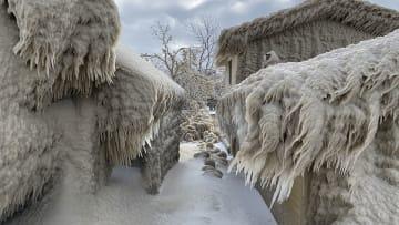 بعد رياح قوية.. الثلج يغطي منازل بأكملها في بلدة أمريكية