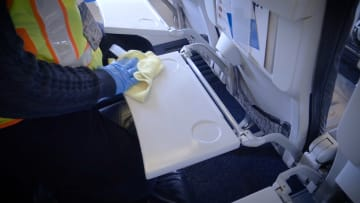 لا تلمس أي شيء..إرشادات لحماية المسافرين والركاب من فيروس كورونا
