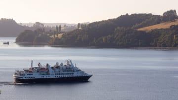 3 سفن سياحية عالقة حول العالم بعد إصابة عدد من ركابها بفيروس كورونا