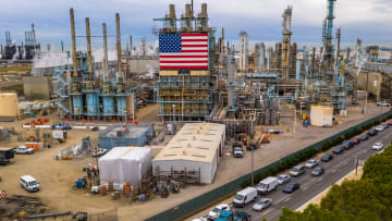 هل تتوصل أمريكا وروسيا والسعودية إلى حل لانخفاض أسعار النفط؟